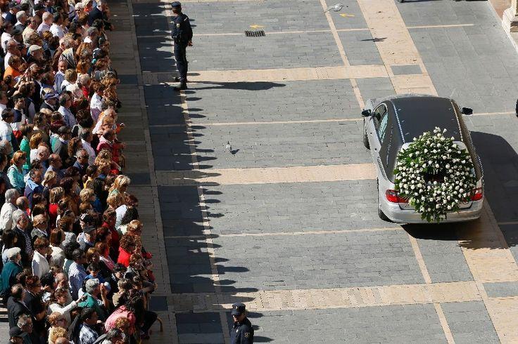 Un corbillard transporte le cercueil d'Isabel Carrasco, dirigeante de la province de Leon, assassinée lundi en Espagne