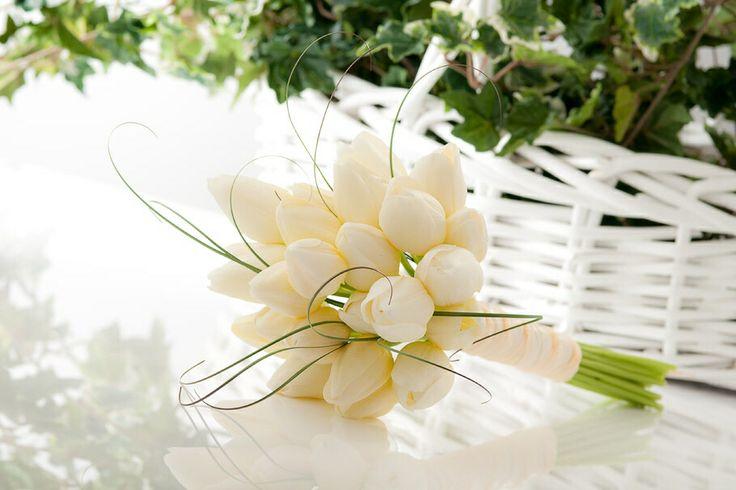 #HLo-Tips: Ramo de novia, hecho de tulipanes blancos, cebollin y todo atado con listón en crudo.