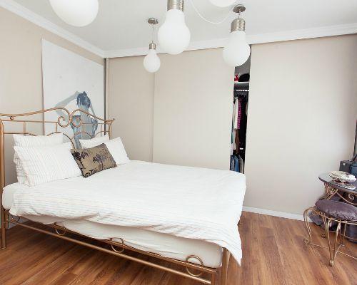 Am ales nuanţe de alb şi lavandă combinate cu lemn şi piatră. Nostalgia, delicateţea şi charm-ul sunt câteva cuvinte care pot caracteriza interiorul propus şi implementat în această rezidenţă.