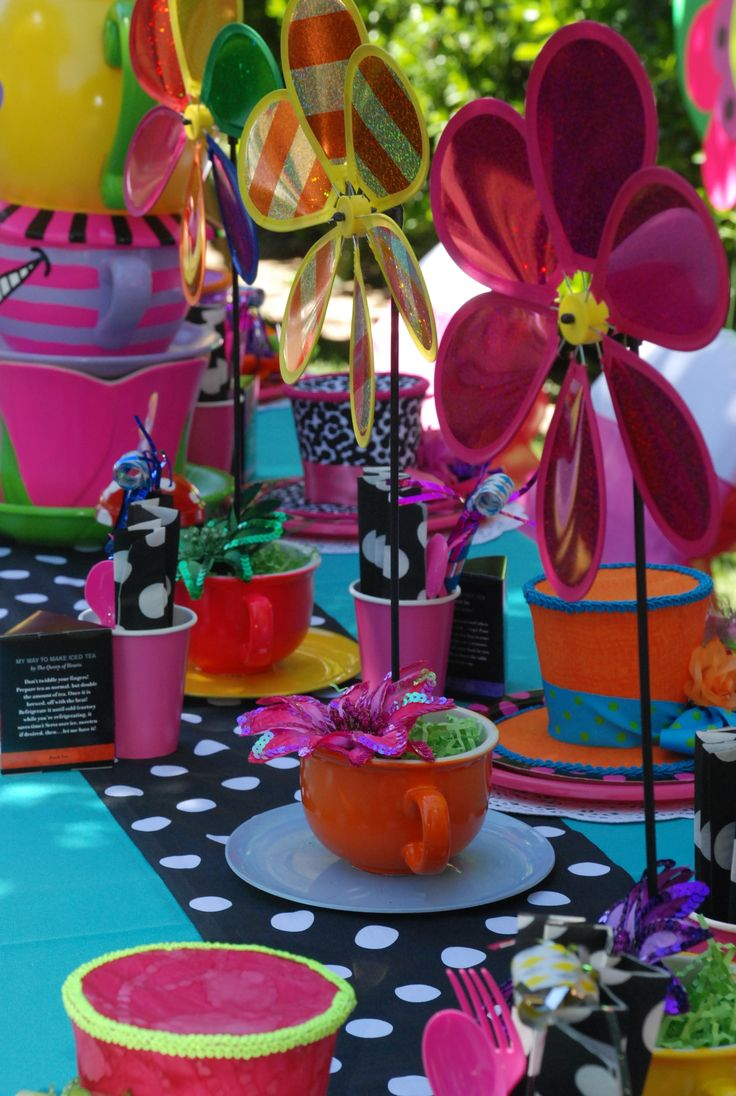 Alice in wonderland mad hatter table decorations designed for Mad hatter party props
