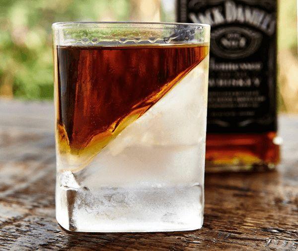 斜めの氷が斬新!ウィスキーの味を楽しむためのウィスキーグラス。 グラスの中にくさびのように入った見事な氷。 グラスの中に水を入れ、くさびのような型を入れて凍らせられるよう...
