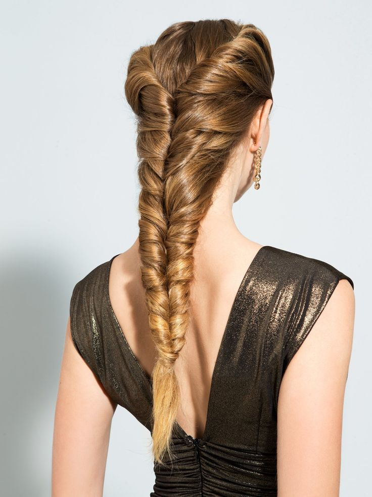 """Dieser von Nivea Haarexpertin Sally Brooks kreierte """"Mermaid Braid"""" erinnert an einen zweifachen französischen Zopf, nur dass die Strähnen nicht geflochten, sondern eingedreht werden: Nehmt also eine Haarsträhne am oberen Kopf auf und dreht sie nach hinten ein. Teilt dann darunter eine weitere Strähne ab und verdreht beide Strähnen miteinander. Arbeitet euch so von oben nach unten, indem ihr immer neue Strähnen aufnehmt und sie mit der vorherigen verdreht. Am Ende werden beide Zöpfe mit…"""