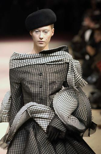 Yohji Yamamoto - Ready-to-Wear - Runway Collection - Women Fall / Winter 2003