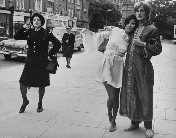 Показ мод дизайнера Осси Кларк на улицах Лондона. Фулхэм Роуд. Великобритания. 1967 г.