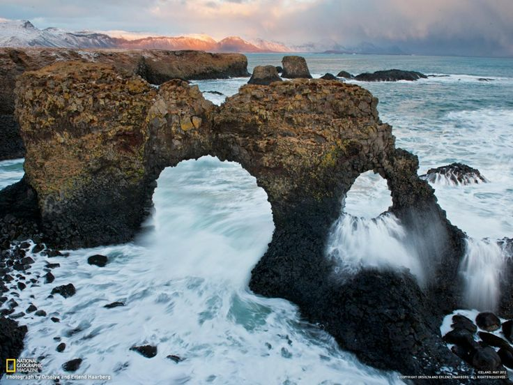 Arches creusées dans le basalte à Arnarstapi, en Islande