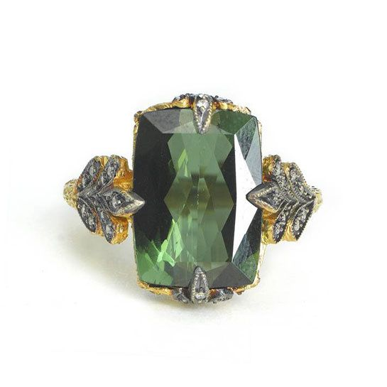 La bague en tourmaline verte sertie sur une monture en or jaune 22 carats et diamants de Cathy Waterman