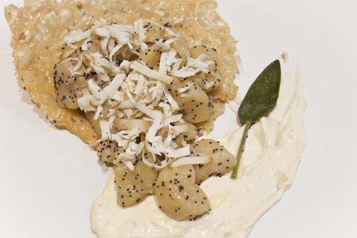 #Ricetta per #Halloween: #gnocchi di #zucca con salsa al brie su cestino di frico. #ricette #primi #recipe