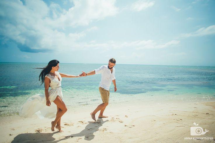 Лучшая обувь 👠для доминиканской свадьбы – это ее отсутствие😄.Позвольте себе почувствовать под ногами горячий карибский песок – и оставить на нем свои следы…👣