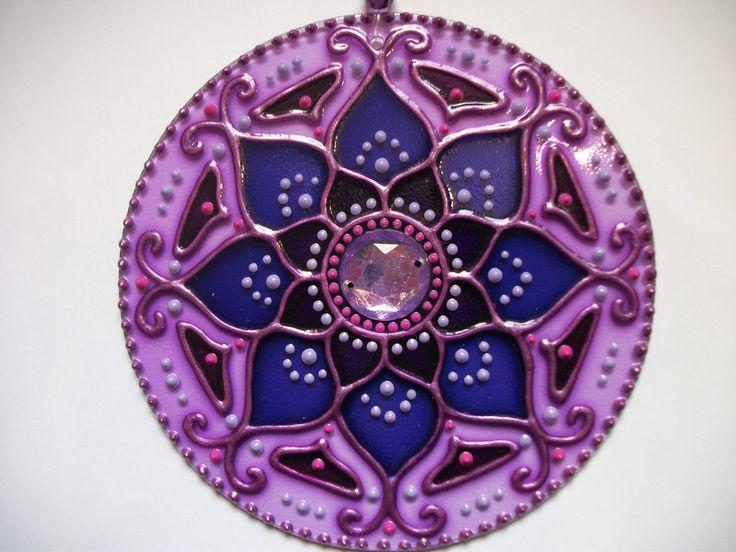 Mandala em vidro 12cm de diâmetro com pintura vitral.