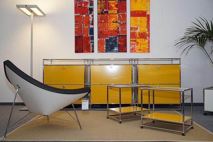 USM Haller in goldgelb und Coconut Chair von Vitra