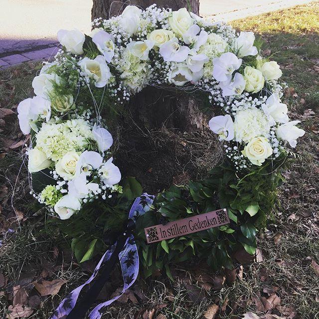 Auch im Trauerfall bin ich für euch da! #fraublume #instaflorist #madewithlove #hildesheim #trauer #trauern #beerdigung #trauerkranz #instaflowers #flowerlove #mourning #roses #whiteflowers #iamsorry