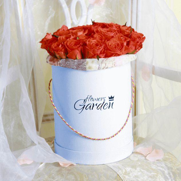 Коралловые розы в светло-голубой шляпной коробке