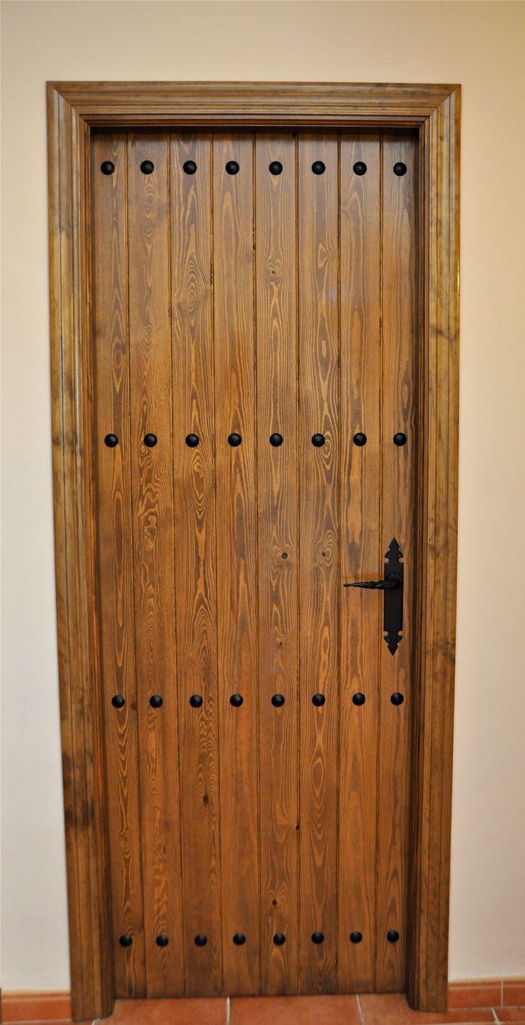 Puerta rustica con clavos gitanos.
