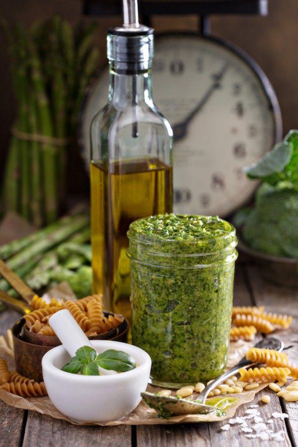 Pesto : ail, basilic, huile d'olive, parmesan et pignons