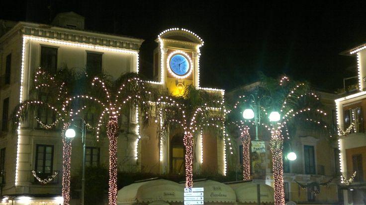 Bello vedere tanti flash scattare in Piazza Tasso per ricordare come si prepara il Natale di Sorrento ed il Capodanno di Sorrento. Su www.ilmegliodisorrento.com tante notizie sul natale in costiera sorrentina