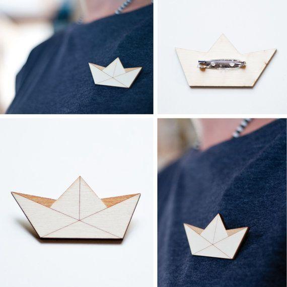 Брошь — бумажный кораблик. Можно сделать из дерева или полимерной глины.