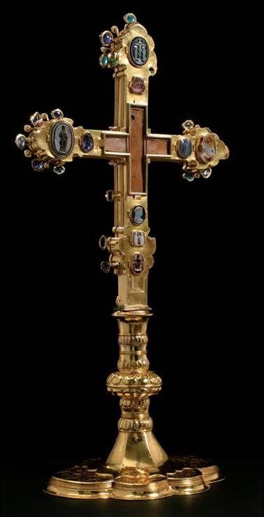 Korunovační kříž, 60. – 70. léta 14. století (kříž), 1522 (noha). Zlato (kříž), zlacená měď (noha), kameje, safíry, spinely, smaragd, akvamarín, rubín, diamant, perly, křišťály. Používání kříže při korunovacích je zaznamenáno od počátku 16. století.