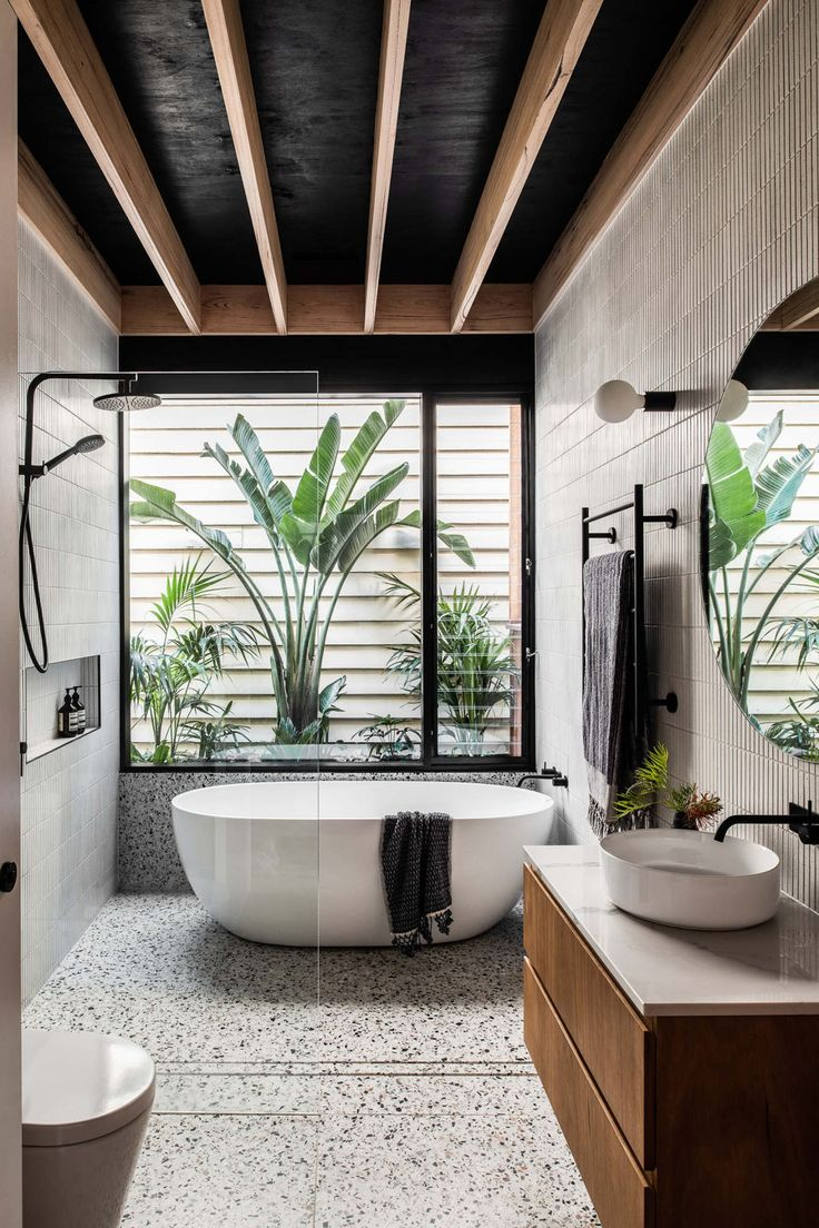 Décor do dia: banheiro com granilite, teto preto e madeira