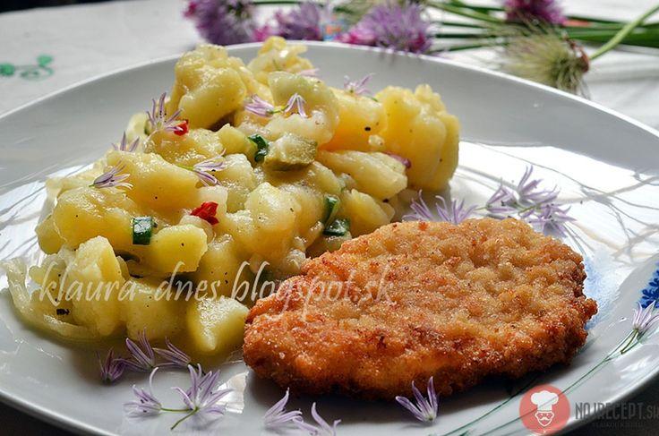 Zemiakovo - cibuľový šalát. V nedeľu sme mali rezne so zemiakovým šalátom s cibuľou.Ten sme si veľmi obľúbili a pripravujem ho namiesto majonézového šalátu.