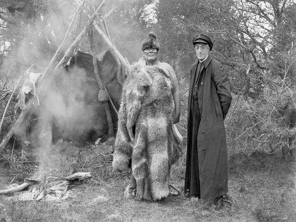 Padre Alberto De Agostini que fundó la misión Darwin y un indígena Yagán. http://ww3.ucsh.cl/sala_prensa/noticias_detalle/385/1/ucsh-implementa-catedra-de-geografia-alberto-de-agostini-en-homenaje-al-explorador-salesiano