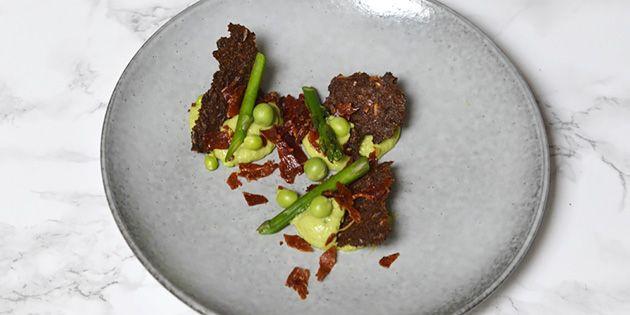 Vildt simpel og lækker forret med sprøde rugbrødschips, danske asparges og en fabelagtig avocadocreme. Det hele afrundes perfekt med knasende parmaskinke.