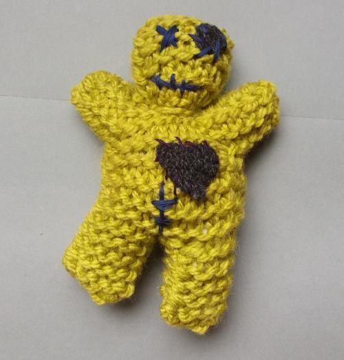 Har du lite garn men stora hämndbegär? Då kan du göra en egen voodoodocka! För den rätta, råa och klumpiga looken fixar du den snabbt i rätstickning efter en enkel beskrivning och broderar den på fri hand. Ja, den är extremt nybörjarvänlig.