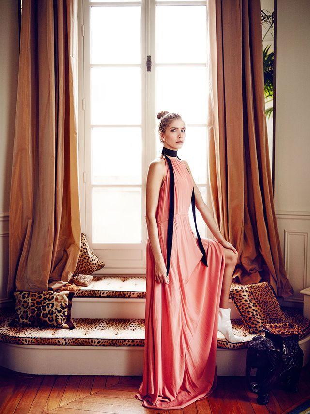 Vestido fluido de Adolfo Domínguez, botines de Dior y pendiente largo de Salvatore Ferragamo.