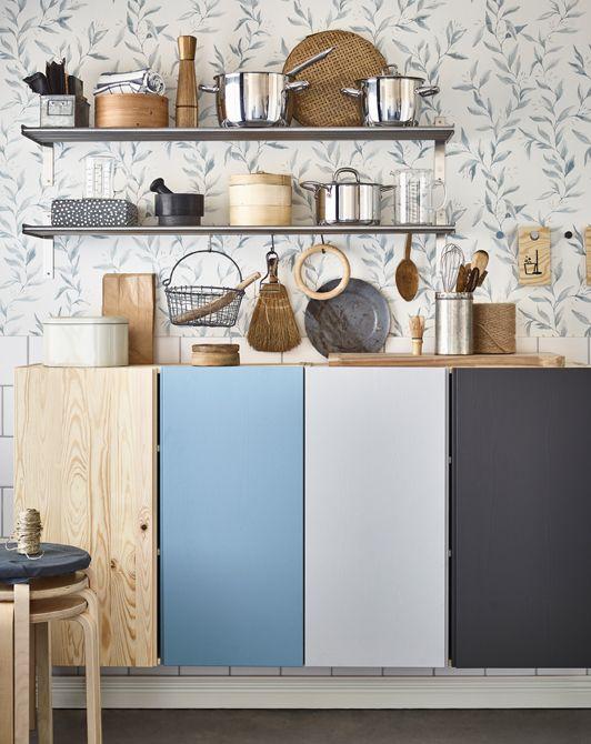 I colori sono di grande aiuto per organizzare una casa condivisa. Noi abbiamo utilizzato un colore diverso per ogni inquilino per dipingere i mobili della cucina, i sottopentola trasformati in bacheche per i messaggi e la parete dietro agli scaffali del bagno - IKEA