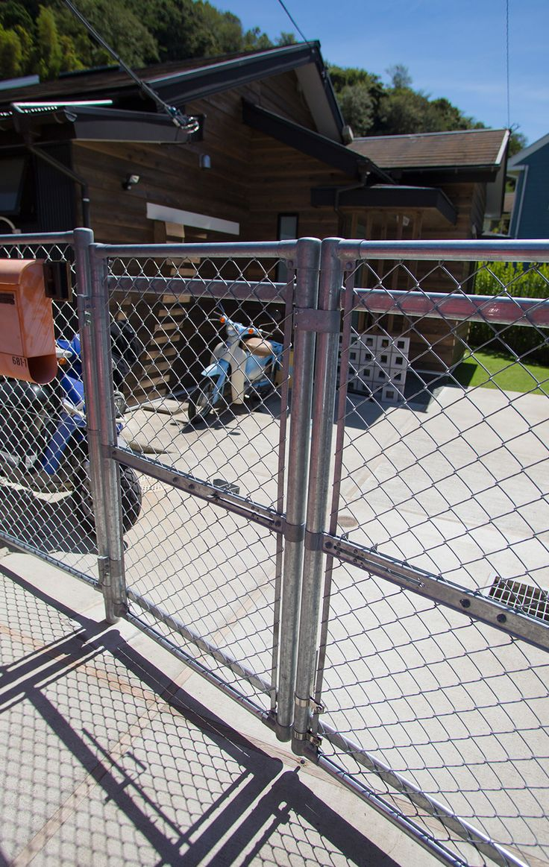 錆に強い亜鉛メッキのエントランスの金網とゲート。これも自分で見つけて注文したもの。