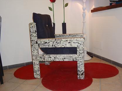 poltrona in legno decorata con fumetti applicando la tecnica del decoupage