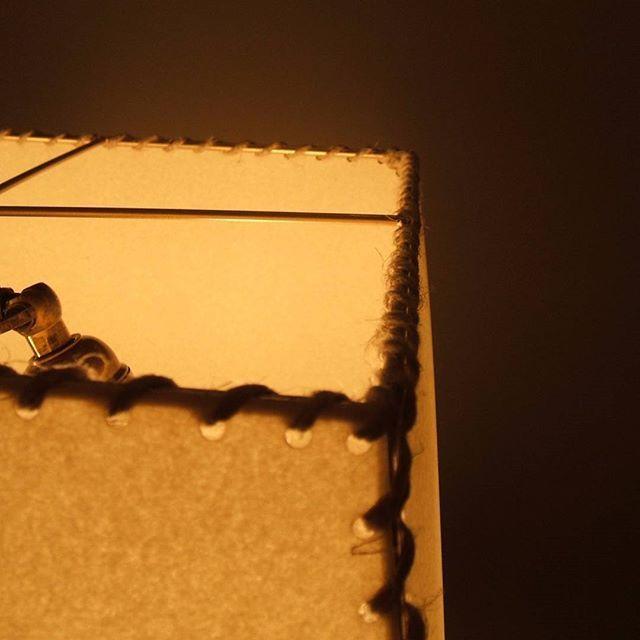 State cercando una lampada per la vostra casa di montagna? Potete prendere spunto da questa lampada che abbiamo realizzato per uno dei nostri clienti. La base e' formata da corna di cervo, l'impianto elettrico e' a due luci con treccia di tessuto e il paralume e'  in pergamena cucita con spago a vista per completare lo stile rustico.  Se siete interessati a realizzare una lampada simile contattateci! Info@bottegaparalumi.it --------------------------------------------- Looking for the…