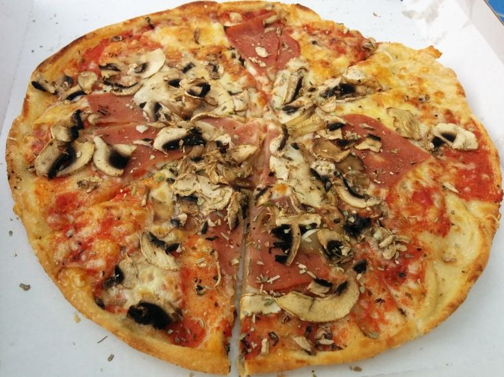 #Pizza Regina at Pizza Dach. Tomato sauce, mozzarella, mushrooms and turkey ham