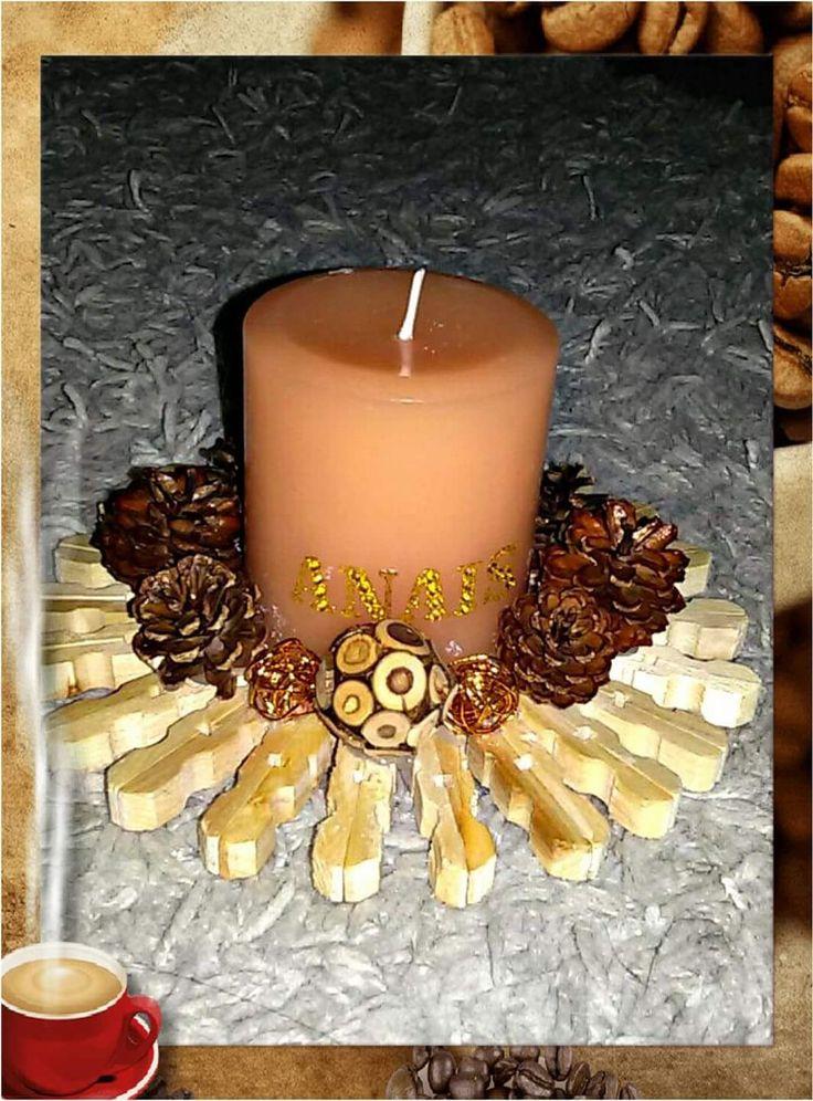 Bougie support en recup  Pince à linge en bois, petites pommes de pins, pot pourri et lettres personnalisées