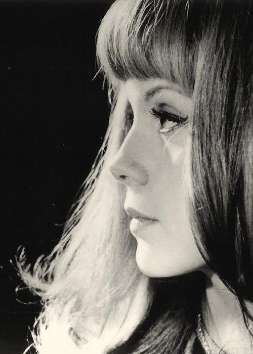 Francoise Dorleac de profil. Maquillage :  Trait d'eye liner