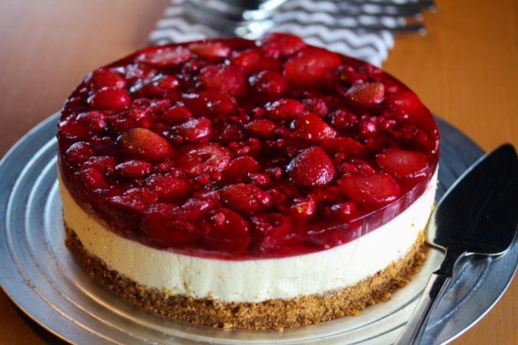 Har du forsøkt å dekke en klassisk ostekake med rød gele og massebringebær og jordbær? Det blir en aldeles nydelig kake!  Kaken passer utrolig godt nå til de kommende festdagene i mai, men også ellers på året.  Oppskrift og foto: Kristine Ilstad/Det søte liv.