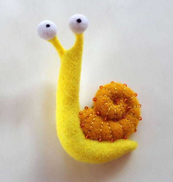 Escargot jaune. Aimant feutré de par HandmadeDollsByJulia sur Etsy