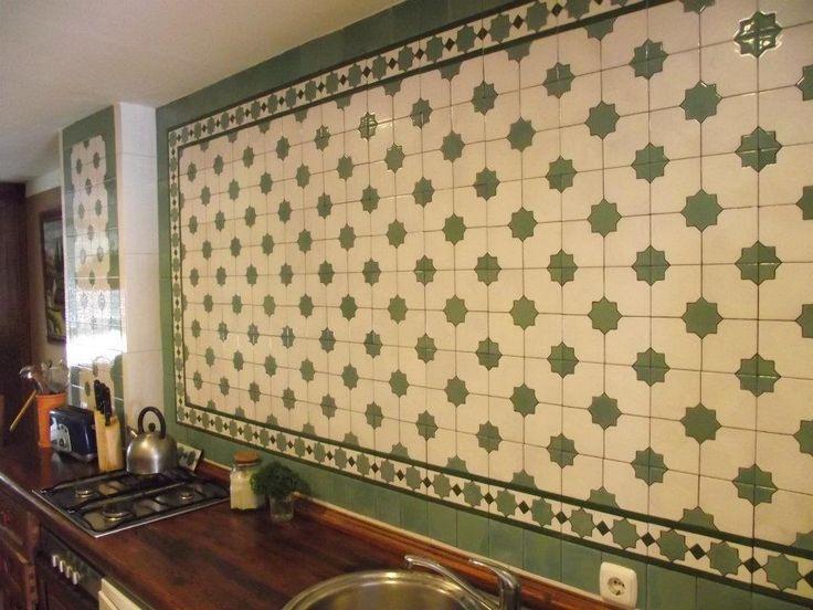 Azulejos de 20x20cm pintados en cuerda seca para la pared de una cocina.
