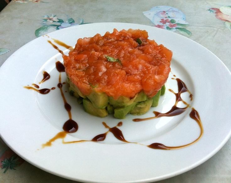 Tartare di salmone e basilico su letto di avocado e condimento di aceto balsamico