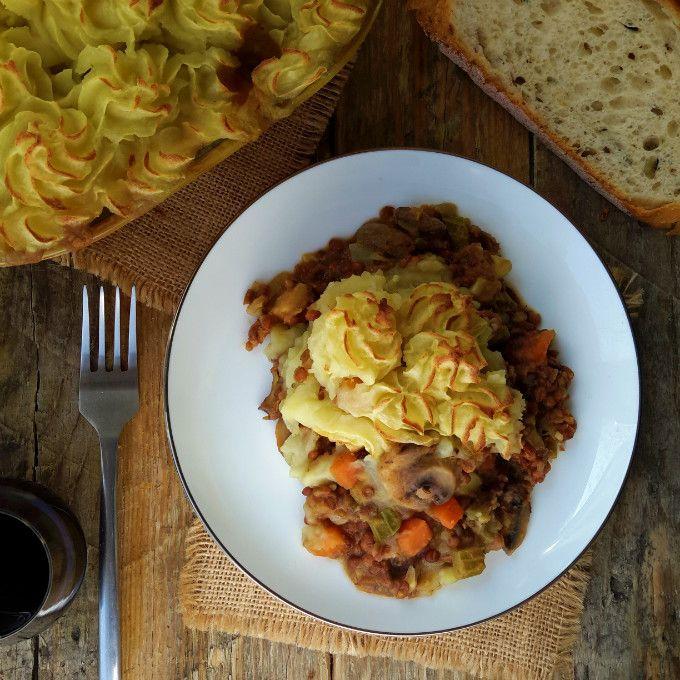 Shepherd's pie vegano es fácil hacer y te calienta cuando hace frío afuera. Lleno de lentejas y hortalizas de raíz es un plato vegetariano muy sustancioso.