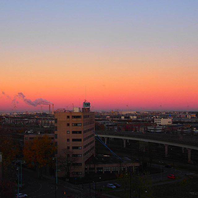 Am #throwbackthursday denke ich an einen Morgen in Amsterdam Sloterdijk zurück. In meinem aktuellen Chaos bekam ich gerade eine gute Nachricht...  Aan de #throwbackthursday denk ik aan een morgen in Sloterdijk terug waar de zon zo mooi is opgegaan..