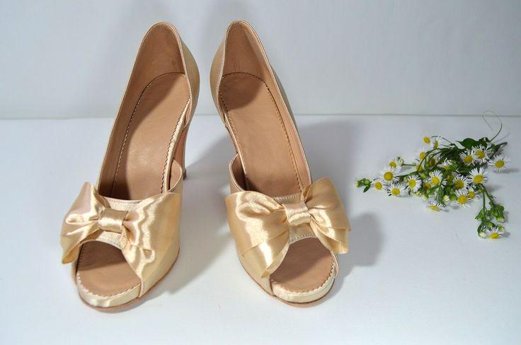 Pohodlné celokožené boty se skrytou platformou a 7 cm podpatkem. Otevřená špička, pohodlí, 7cm podpatek a vanilkovězlatý satén jako základní požadavka klientky. Děkujeme. Svatební boty na nízkém podpatku ve stylu Služba VIP. svatební boty, svatební obuv, svadobné topánky, svadobná obuv, obuv na mieru, topánky podľa vlastného návrhu, pohodlné svatební boty, svatební lodičky, svatební boty na nízkém podpatku,boty svatební boty na nízkém podpatku, pohodlné svatební boty,zlaté svadobné topánky,