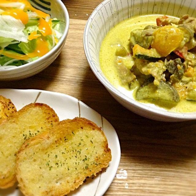 昨日の夜から今日のお昼用に仕込んでいたグリーンカレー★ ガーリックトーストとグリーンサラダ添え。 タイ料理食べられたからチャレンジしてみる!って言ってたパパちゃんですが、ココナッツミルクの味と香りはだめだったようで…^^; セブンイレブンに走って金のビーフシチューを買ってきましたヾ(´ω`;)ォィォィ - 25件のもぐもぐ - 豚肉と夏野菜のグリーンカレー★ by RIE5839