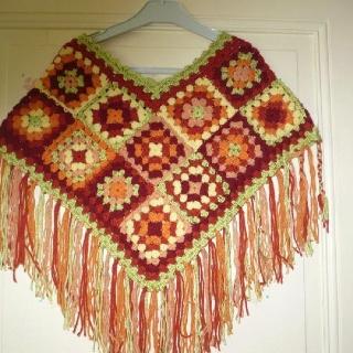 Poncho tejido a crochet a partir de cuadraditos tejidos - Cuadraditos de crochet ...