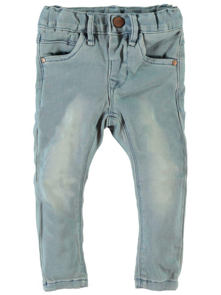 icht blauwe meisjes jeansbroek NITSUS van het kinderkleding merk Name-it  Dit is een licht blauwe skinny jeans met een power stretch (Zeer elastische en super zachte broek) zodat deze heel mooi aanpast en gemakkelijk is voor uw kind. Deze broek is voorzien van een sluiting met 1 drukknoop en is verstelbaar in de taille.
