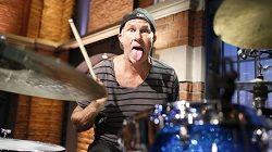 Барабанщик рок-группы Red Hot Chili Peppers Чад Смит (на фото) в недавнем интервью поделился мыслями относительно будущего группы, отметившей 33 года с момента выхода первого альбома. На вопрос, как долго Red Hot Chili Peppers планируют оставаться в строю, Смит ответил: «Троим из чет