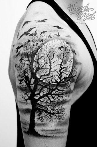 Uma árvore estéril, está rodeado por um fugindo do assassinato de corvos enquanto a lua fica no plano de fundo desta hiper-detalhados tatuagem retratado em que o portador do bíceps.