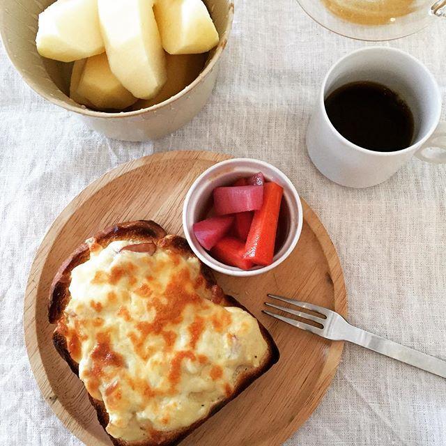 2017/01/07 16:45:27 rie.w.n 今朝はレブレッソの山食でクロックムッシュ。 先日つくっておいたベーコン入りベシャメルソースにピザチーズをのっけて。 #バルミューダ がより一層おいしくしてくれてる気がする♡ ・ #朝ごパン#朝ごはん#おうちごはん#トースト#レブレッソ#クロックムッシュ#ベシャメルソース #breakfast#croquemonsieur #morning#foodpics #lebresso #homemadefood