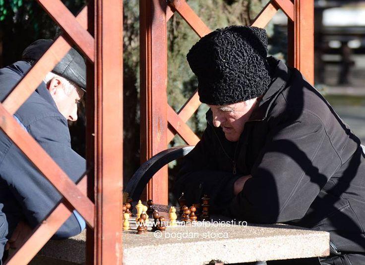 """""""Acesta este tot farmecul sahului: intr-o zi ii dai o lectie adversarului, in urmatoarea primesti tu o lectie de la acesta.""""  De aceea sahistii se intalnesc zilnic in Parcul Nichita :)  people, stories & photos - www.humansofploiesti.ro"""