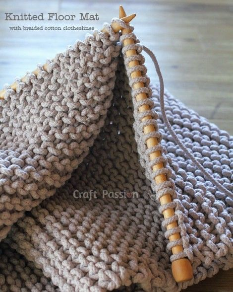 Knit | Floor Mat | Free Pattern & Tutorial at CraftPassion.com -
