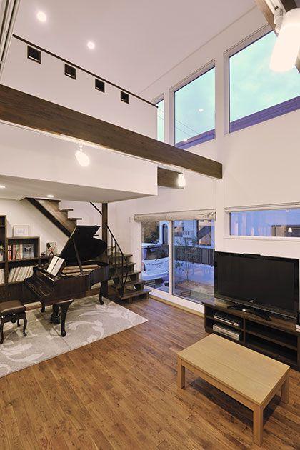 アンティークピアノが奏でるシックモダンな空間